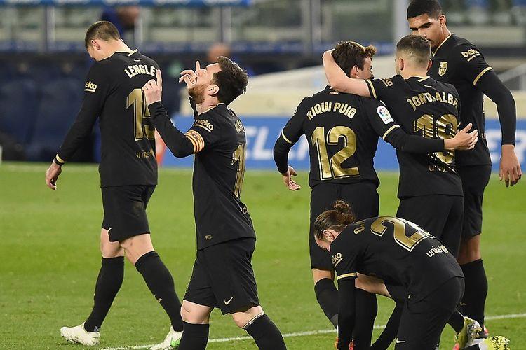 Penyerang Barcelona asal Argentina Lionel Messi (tengah) melakukan selebrasi di samping rekan setimnya setelah mencetak gol selama pertandingan Real Sociedad vs Barcelona.