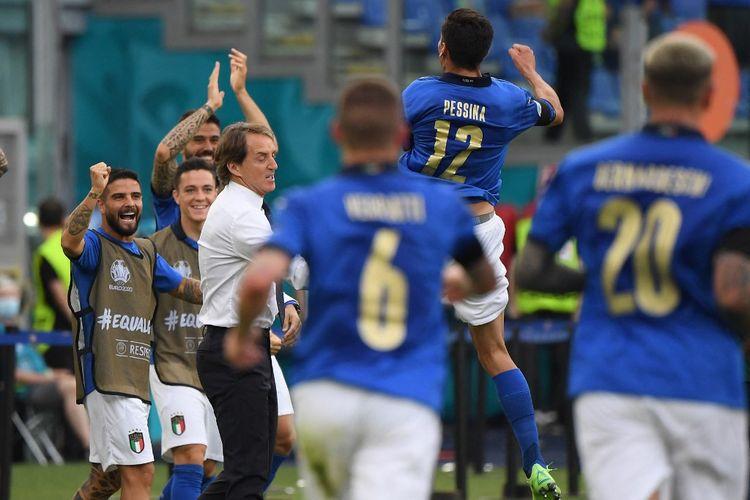 Para pemain Italia merayakan gol pembuka yang dicetak Matteo Pessina dalam pertandingan Grup A Euro 2020 Italia vs Wales di Stadion Olimpico, Minggu (20/6/2021) malam WIB.