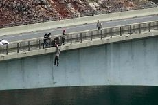 Momen Menegangkan, Polisi Selamatkan Pria yang Hendak Lompat dari Jembatan