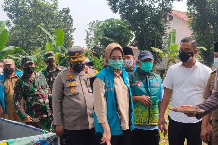 Wali Kota Tangerang Selatan Airin Rachmi Diany (tengah) saat meninjau Kampung Tangguh Jaya di kawasan Pamulang, Tangerang Selatan, Senin (15/2/2021)