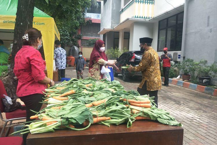 Lurah Ancol, Rusmin bagikan sayur dan sembako kepada warga yang menjalani vaksinasi Covid-19, di Kelurahan Ancol, Jakarta Utara, Kamis (17/6/2021).