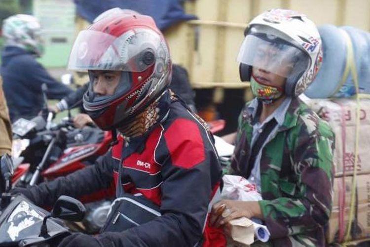 Kepadatan terjadi saat pemudik motor dan juga buruh pabrik yang pulang kerja melewati ruas jalan Kalimalang, Bekasi, Selasa (14/7/2015). Arus pemudik yang menggunakan motor diperkirakan akan melonjak mulai malam ini hingga H-1 Hari Raya Idul Fitri 1436 H.