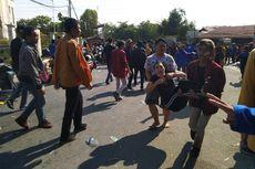 Polisi Tembakkan Gas Air Mata, Mahasiswa Kocar-kacir dan Sebagian Jatuh ke Parit