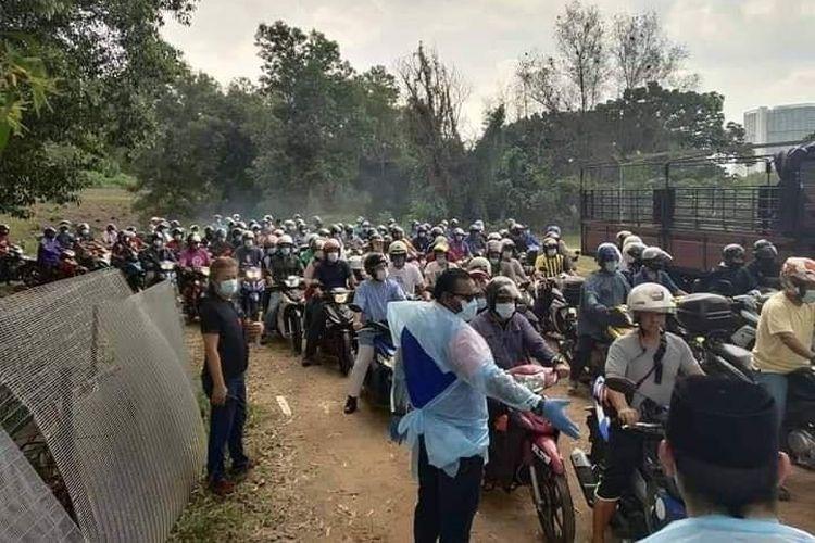 Sekitar 2.000 orang mengantre dalam pembagian ayam beku gratis di Malaysia. Acara ini melanggar protokol kesehatan karena Malaysia masih PSBB. Penyelenggara yaitu sayap pemuda partai UMNO Putrajaya akhirnya didenda kepolisian nasional Malaysia atau Polis Di-Raja Malaysia (PDRM).