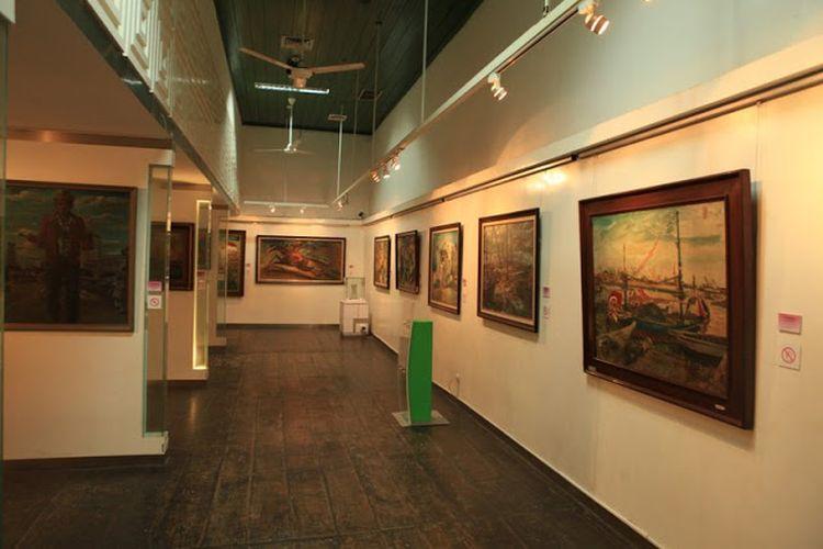 Koleksi lukisan yang berada di dalam Museum Seni Rupa dan Keramik.