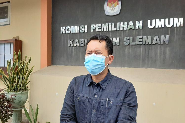 Ketua Komisi Pemilihan Umum (KPU) Kabupaten Sleman, Trapsi Haryadi saat menemui wartawan