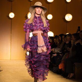 salah satu contoh busana model ruffles yang dipamerkan dalam New York Fashion Week 2020