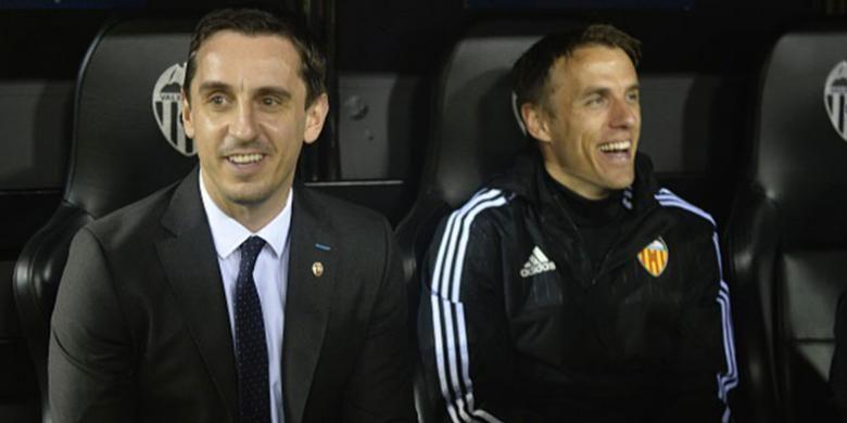 Duet kakak-beradik, Gary dan Phil Neville, di bangku cadangan Valencia.