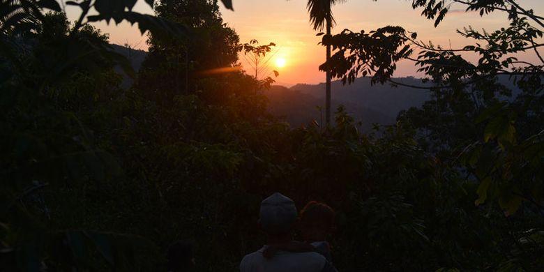 Salah satu keluarga di kampung Wajur, Desa Wajur, Kecamatan Kuwus, Kabupaten Manggarai Barat, Flores, Nusa Tenggara Timur, Jumat (25/8/2017) menyaksikan senja di ujung barat Pulau Flores dari kampung tersebut.