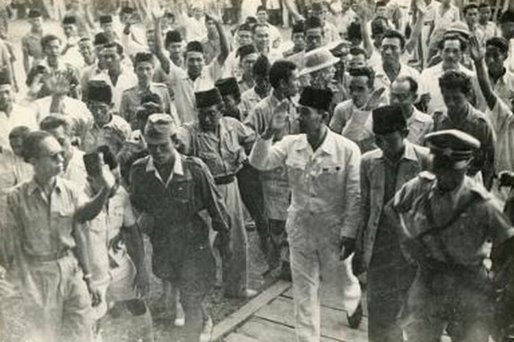 Bung Karno saat menghadiri rapat raksasa menyambut Proklamasi Kemerdekaan R.I di Lapangan Ikada Jakarta (Lapangan Monas), 19 September 1945