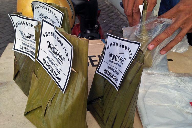 Kemasan bongko kopyor yang tetap mempertahankan penggunaan daun pisang.