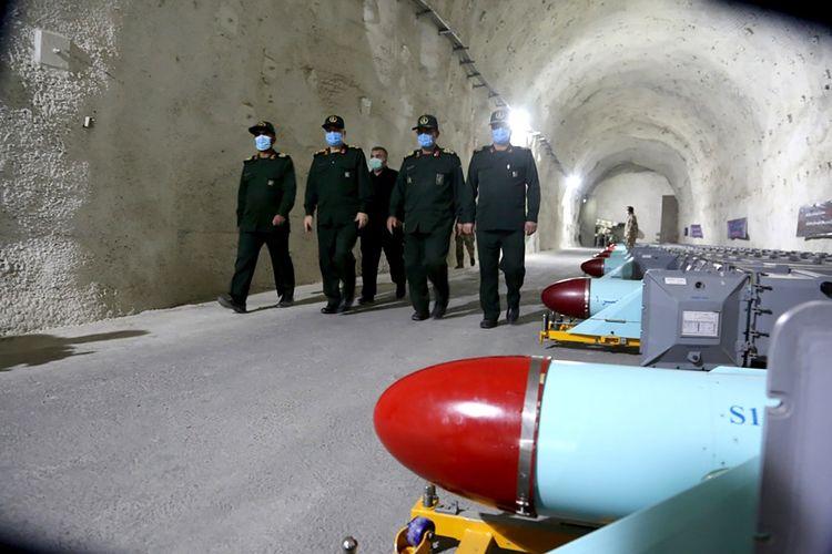 Foto ini dirilis pada Jumat (8/1/2021) oleh Sepahnews, situs web Garda Revolusi Iran. Para perwira Garda Revolusi Iran berjalan dengan di antara rudal di pangkalan bawah tanah rahasian IRan di Teluk Arab.