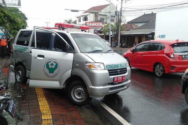 Sebuah ambulans puskesmas keliling Denpasar berisi tiga pasien positif Covid-19 terlibat kecelakaan lalu lintas, di perempatan Noja kawasan Banjar Noja Saraswati, Kelurahan Kesiman Petilan, Denpasar, Jumat (22/1/2021) pukul 11.30 Wita.