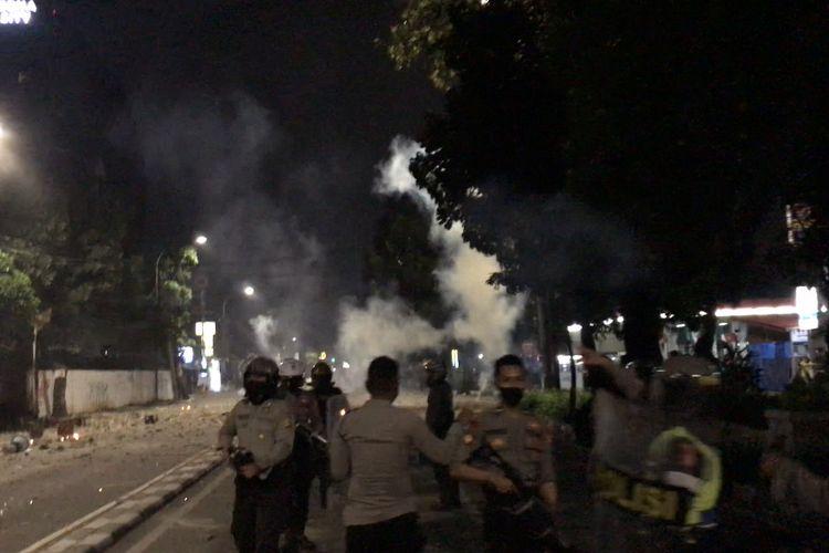 Polisi menembakkan gas air mata ke arah kelompok massa yang terlibat tawuran di Jalan Pancoran Raya, Pancoran, Jakarta Selatan pada Rabu (17/3/2021) sekitar pukul 23.04 WIB.