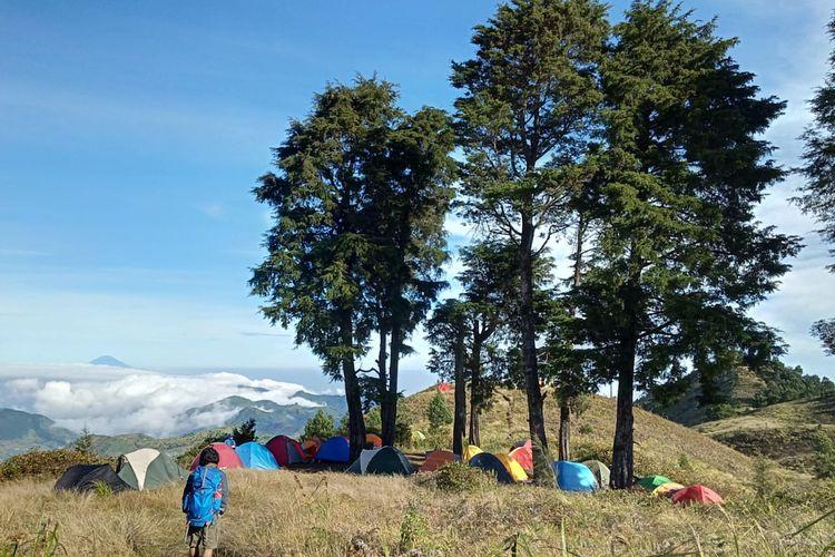Pendaki mendirikan tenda di puncak Gunung Prau