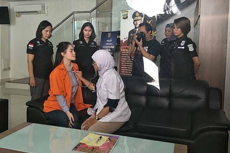 Jennifer Dunn jalani pemeriksaan kesehatan sebelum diserahkan dari Polda Metro Jaya ke Kejaksaan Negeri Jakarta Selatan, Kamis (15/3/2018).