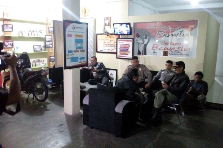 Aparat kepolisian dari Polsek Tarogong Kaler dan Polres Garut tampak berjaga-jaga di kantor Panwaslu Kabupaten Garut, Sabtu (24/2/2018) malam usai tim gabungan Mabes Polri, Polda Jabar dan Polres Garut mengamankan Ketua Panwaslu