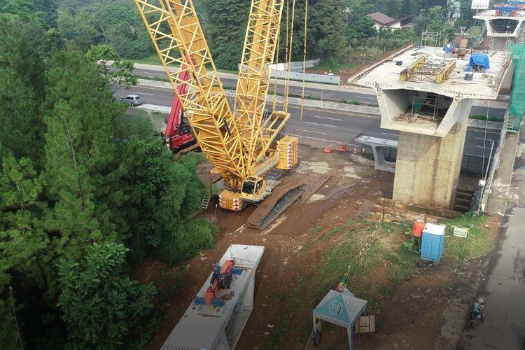 Pekerjaan erection box girder di Jalan Tol Jagorawi untuk pembangunan Simpang Susun Sentul Selatan.