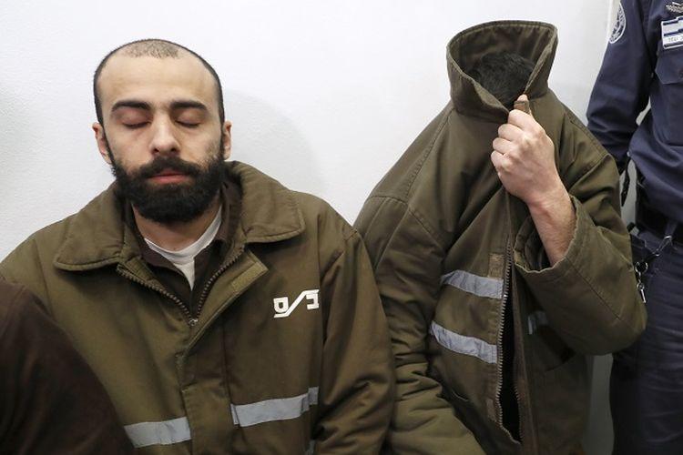 Romain Franck (kanan), staf diplomat Perancis, bersama seorang warga Palestina yang ditangkap otoritas Israel karena menyelundupkan senjata dari Jalur Gaza ke Tepi Barat.
