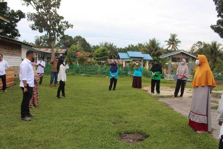 CEO PTPN V Jatmiko K Santosa mengunjungi perumahan karyawan Kebun Sei Rokan PTPN V di Kabupaten Rohul, Riau, untuk menyosalisasikan pentingnya penerapan protokol covid-19 secara ketat, Senin (21/9/2020).