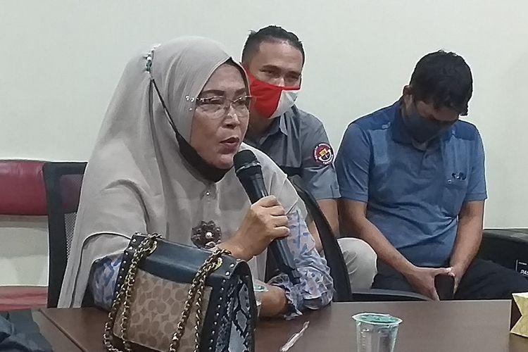 Endang Sukarti memberikan penjelasan terkait kasus klaim motif batik Riau oleh pengusaha konveksi di Bandung, saat menggelar konferensi pers di Kantor LAM Riau di Kota Pekanbaru, Riau, Selasa (23/3/2021).