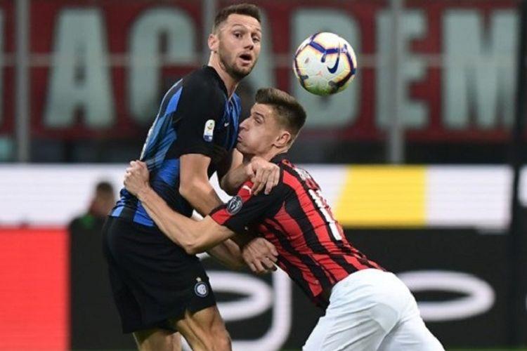Krzysztof Piatek terjatuh saat berduel dengan Stefan de Vrij pada pertandingan derbi AC Milan vs Inter Milan di San Siro dalam lanjutan Serie A Liga Italia, 17 Maret 2019.