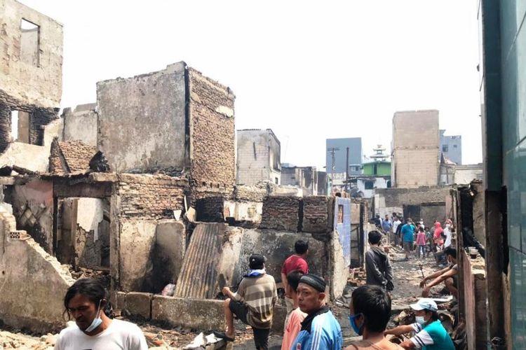 Warga korban kebakaran Taman Sari tengah mencari sisa-sisa barang yang dapat dimanfaatkan kembali, Senin (19/04/2021)