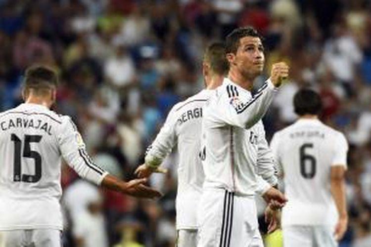 Gelandang Real Madrid, Cristiano Ronaldo, merayakan golnya ke gawang Cordoba, pada laga Primera Division, di Santiago Bernabeu, Senin (25/8/2014).