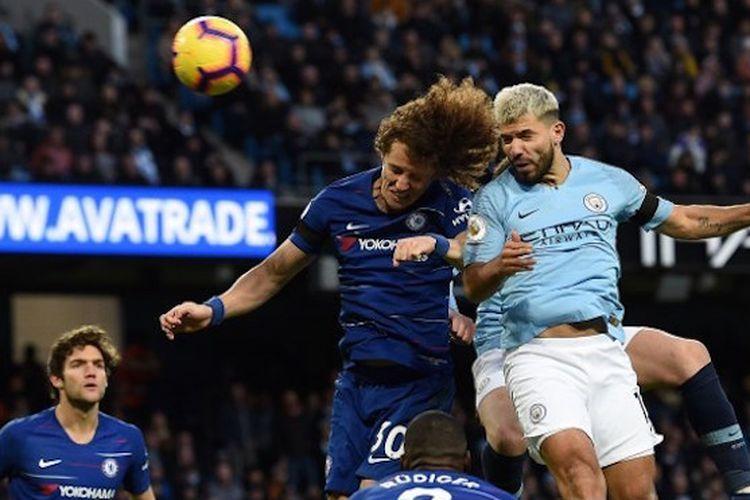 Sergio Aguero memenangi duel udara melawan David Luiz pada pertandingan Manchester City vs Chelsea di Stadion Etihad dalam lanjutan Liga Inggris, 10 Februari 2019.
