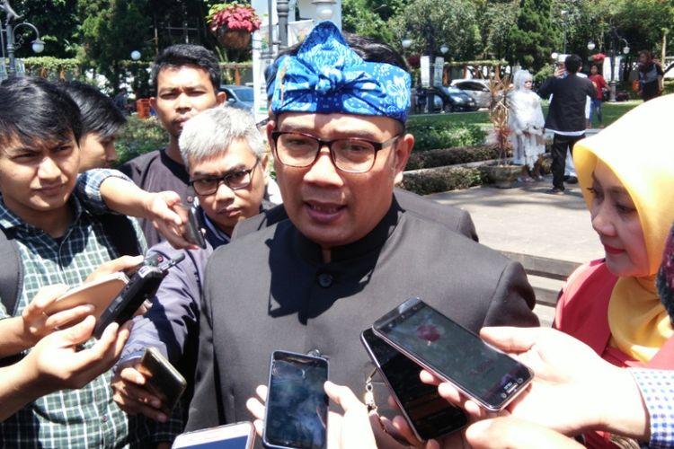Kandidat Gubernur Jawa Barat, Ridwan Kamil saat diwawancarai wartawan di Pendopo Kota Bandung, Jalan Dalemkaum, Rabu (22/11/2017).
