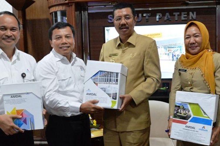 Gubernur Sumatera Utara Erry Nuradi menyerahkan SKKLH untuk tiga proyek besar PT Inalum, Selasa (7/3/2017)