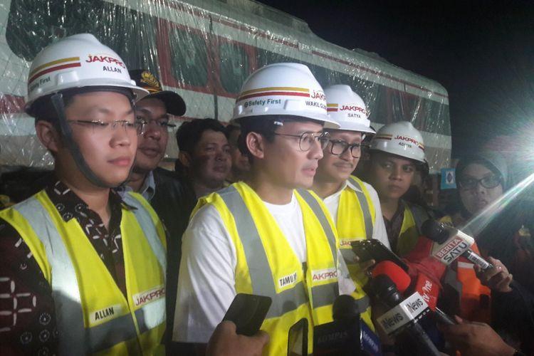 Wakil Gubernur DKI Jakarta Sandiaga Uno meninjau lokasi kedatangan dua gerbong kereta Light Rail Transit (LRT) di Dermaga Indonesia Vehicle Terminal, Jakarta Utara, Jumat (13/4/2018) malam.