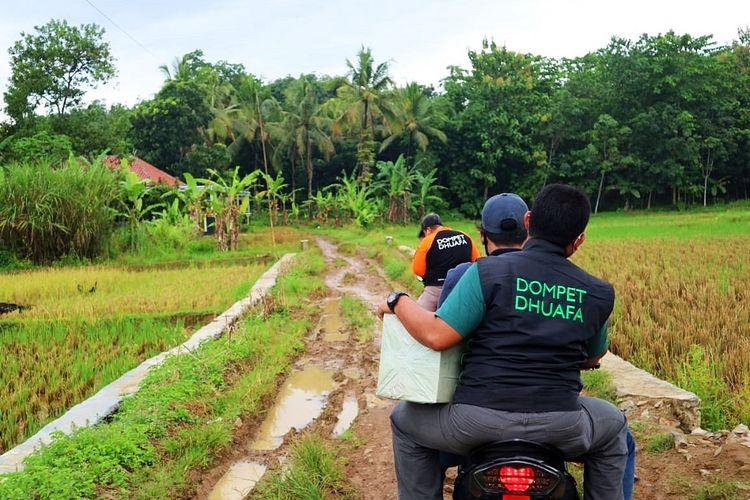 Tim Dompet Dhuafa menyampaikan amanah donatur dari program sedekah Al Qur'an dengan mambagikan 150 Al-Quran di pelosok Pandeglang, Banten, pada Selasa (16/3/2021).