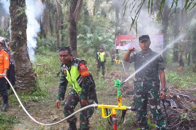 Dandim 0321/Rohil Letkol Arh Agung Rakhman Wahyudi saat melakukan simulasi alat Sambunesia Nozzle untuk memadamkan titik api karhutla di Kecamatan Bagan Sinembah Raya, Kabupaten Rohil, Riau, Sabtu (15/2/2020).