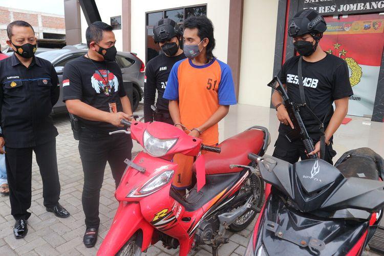 Pelaku pencurian motor dipublikasikan kepada awak media, di Mapolres Jombang, Jawa Timur, Selasa (15/6/2021)