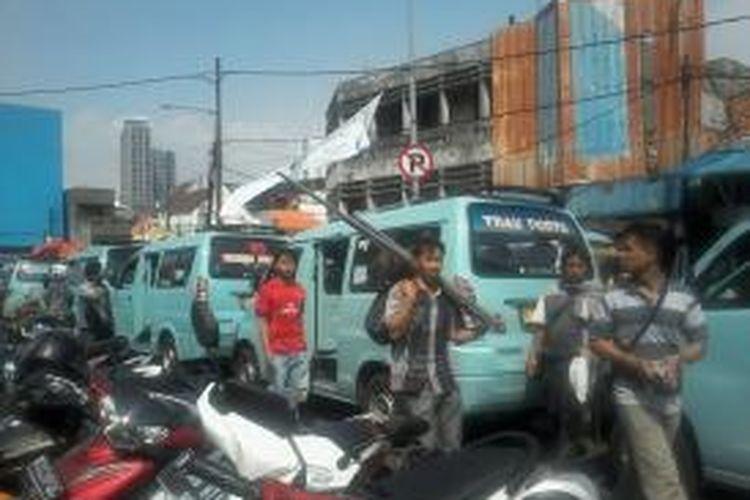 Rambu dilarang parkir yang dipasang Dishub DKI Jakarta di pertigaan menuju Jalan Jati Bunder, Tanah Abang, Jakarta, Jumat (3/8/2013). Penertiban dilakukan secara menyeluruh, khususnya untuk menghidupkan Blok G Tanah Abang.