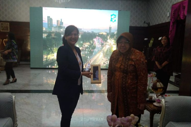 Wali Kota Surabaya, Tri Rismaharini, ditemui Sekjen PSSI, Ratu Tisha, di rumah dinas Wali Kota Surabaya pada Kamis (10/10/2019).