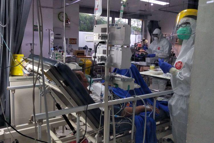 Tenaga medis tengah mengontrol kondisi pasien Covid di salah satu RS rujukan Covid-19 di Jakarta