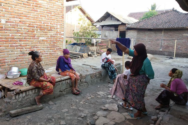 Warga Desa Darek, Lombok Tengah, berhamburan keluar rumah saat gempa disertai suara gemuruh, Rabu (9/10/2019).