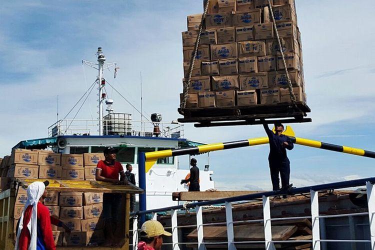 Kegiatan bongkar muat kapal tol laut yang sandar di Dermaga Sungai Pancang Sebatik Kabupaten Nunukan Kamis (30/03).
