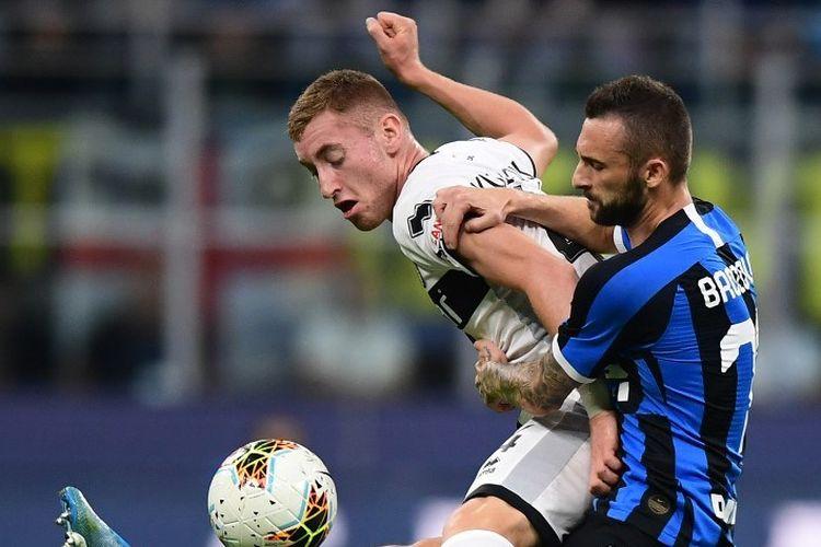 Marcelo Brozovic berebutan bola dengan Dejan Kulusevski pada laga Inter Milan vs Parma dalam lanjutan Serie A Liga Italia, 26 Oktober 2019.