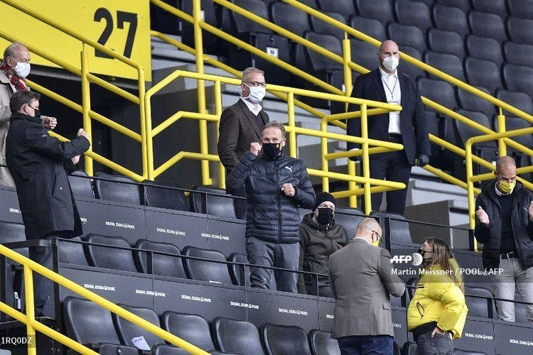 CEO Borussia Dortmund, Hans-Joachim Watzke (tengah) merayakan gol Dortmund ke gawang Schalke bersama anggota dewan direksi Borussia Dortmund pada 16 Mei 2020.