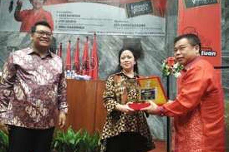 Menko PMK Puan Maharani usai menjadi pembicara di seminar yang digelar PDI-P di Kompleks Parlemen, Senayan, Jakarta, Selasa (26/4/2016).