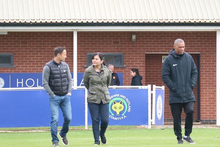 Sekjen PSSI Ratu Tisha Destria (tengah) bersama Direktur Teknis Garuda Select, Dennis Wise, dan pelatih Des Walker, sebelum laga melawan Leicester U-17, Senin (6/5/2019).