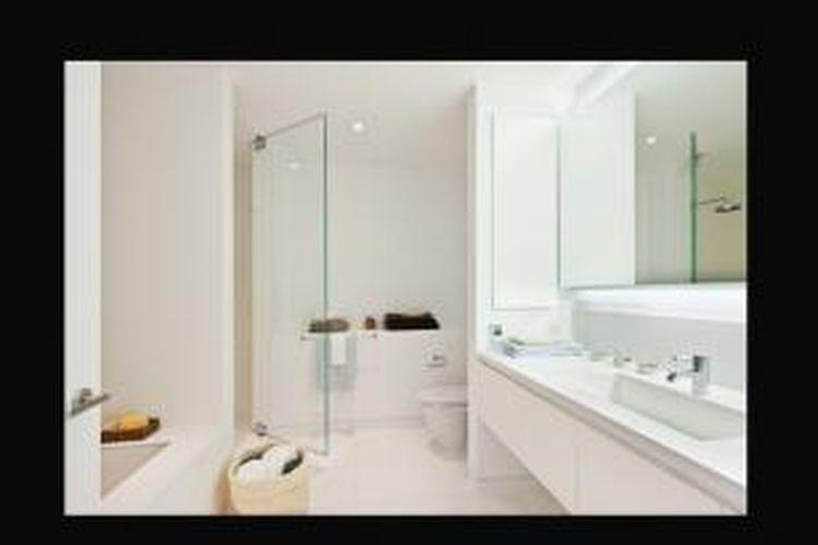 Dalam buku berjudul Planning and Remodelling Bathroom disebutkan, bahwa memasang cermin berukuran besar juga membantu kamar mandi tampak lebih terang.