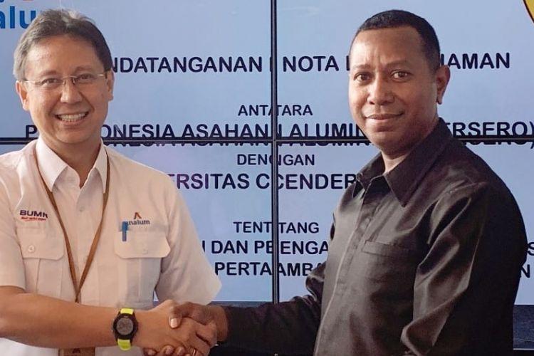 Direktur Utama INALUM Budi G. Sadikin dan Rektor Universitas Cendrawasih Apolo Safanpo usai penandatanganan nota kesepakatan (MoU) kerja sama Pendidikan, Penelitian dan Pengabdian Kepada Masyarakat serta Pengembangan Bidang Pertambangan, Industri dan Energi, di Kantor Inalum, Jakarta, Selasa (15/01/2019)