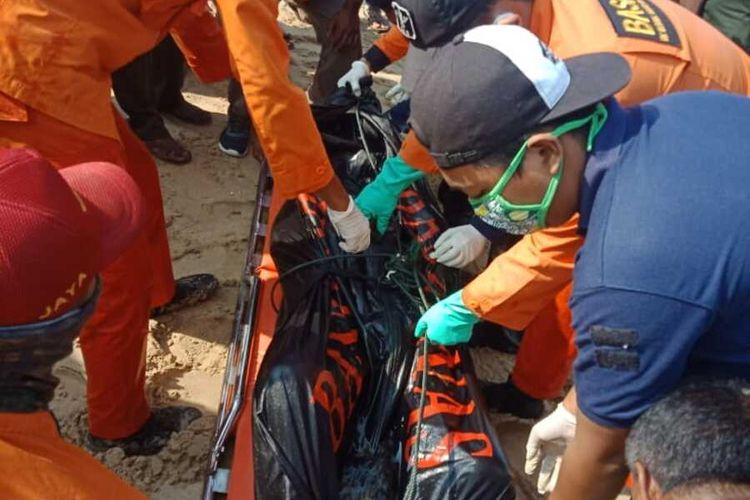 Tim SAR gabungan mengevakusi jenazah Muhammad Aulian Hidayat (21) yang ditemukan sekitar tiga kilometer dari lokasi terseret ombak di Pantai Pulomanuk, Bayah, Kabupaten Lebak, Banten, Minggu (28/6/2020)