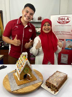 Caption Chef BOLA Deli bersama Fatmah Bahalwan memamerkan kue yang terbuat dari tepung beras dan tepung ketan.