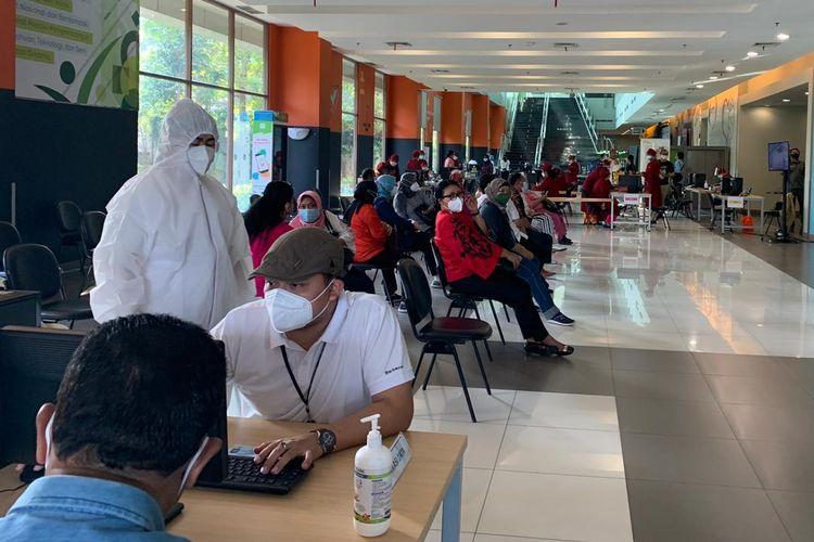 Kalbis Institute ditunjuk menjadi sentra vaksin oleh LLDIKTI Wilayah III mengingat Kalbis Institute terafiliasi dengan korporasi farmasi dan rumah sakit. Pelaksanaan penyuntikan dosis tahap pertama dimulai Rabu, 21 April 2021, hingga Kamis, 22 April 2021.