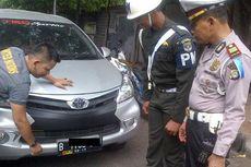 Pelat Nomor Kendaraan Biasa Pakai Stiker TNI, Bisa Bebas Tilang?